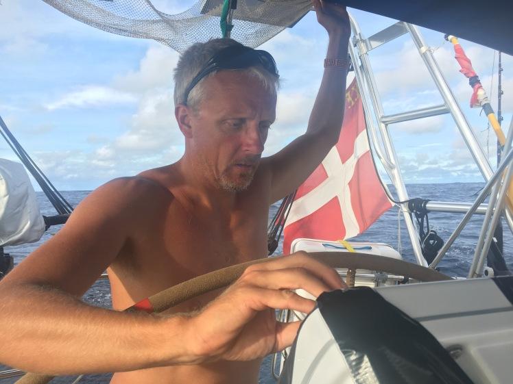Kaptajnen fikser plotteren med gaffatape